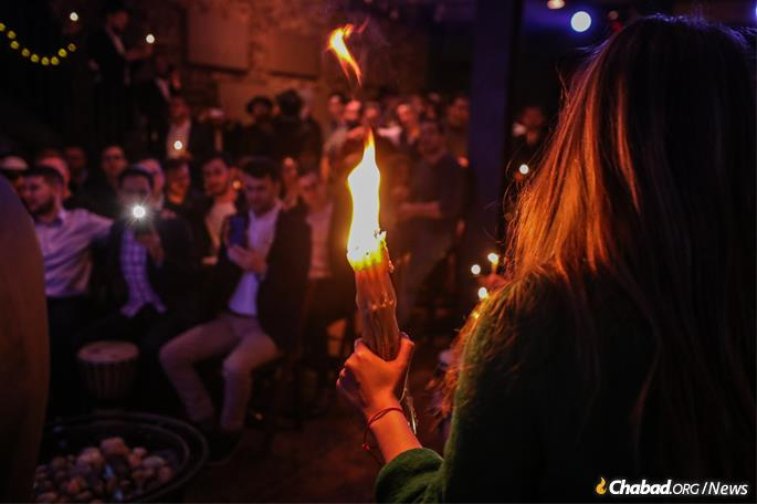 An inspiring Havdalah service (Photo: Bentzi Sasson)