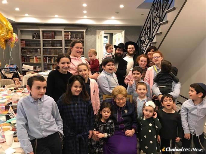 Rebetsin Kazen com alguns de seus netos