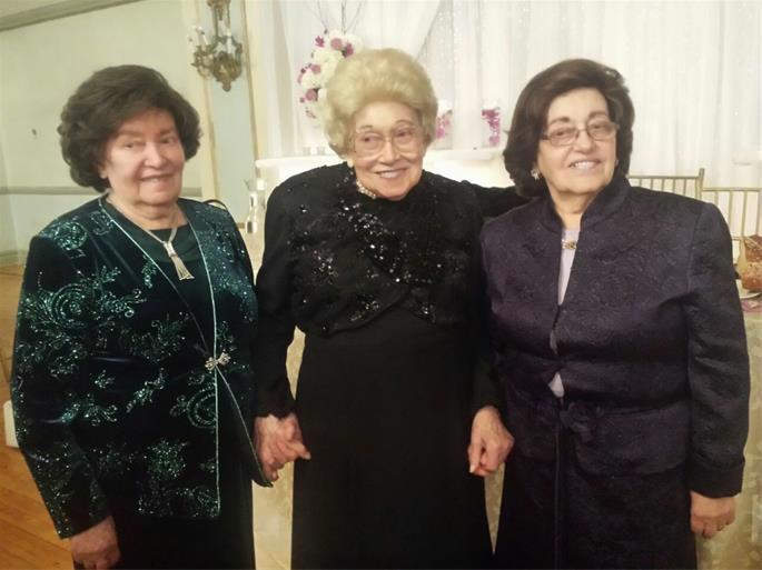 Com suas irmãs Rosa Morosov [esquerda) e Rochel Levin [direita)