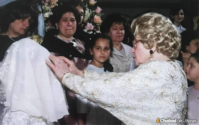 Rebetsin Kazen abençoa a noiva em um casamento