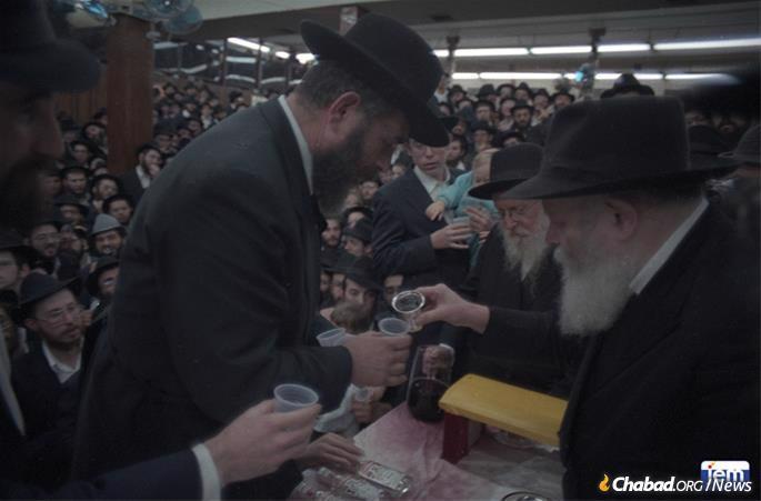 "Rabbi Landa receives Kos Shel Bracha (""Cup of Blessing"") from the Rebbe. (Photo: JEM)"