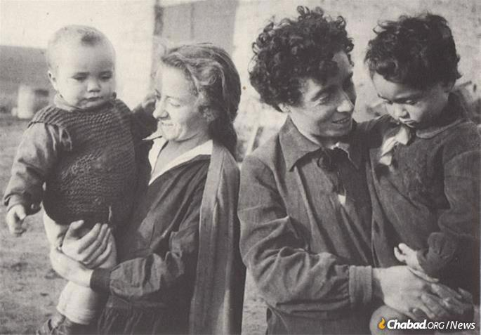 Two Jewish mothers and their children on a JDC colony. (Photo: Archives of the American Jewish Joint Distribution Committee)