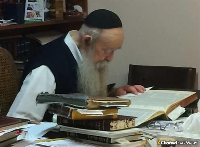 Rabbi Serebryanski studying the Talmud.