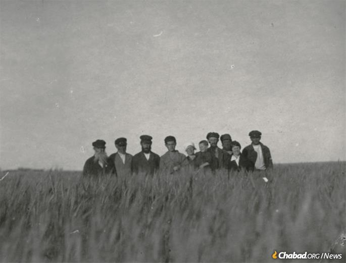 Jewish colonists on a JDC-sponsored settlement stand in a wheat field in the Khaklay settlement in Crimea, Ukraine, circa 1925. (Photo: Agro-Joint/Archives of the American Jewish Joint Distribution Committee)