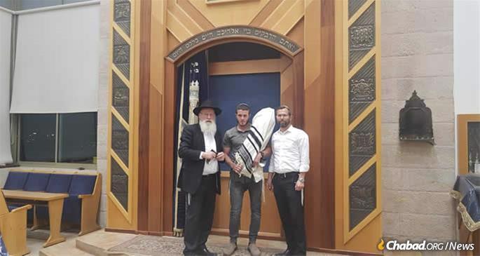 Elyashiv Ettinger, center, the eldest son of Rabbi Ahiad Ettinger, with Rabbi Avi Tcidon, left, and Israel Ganz, head of the Binyamin Council.
