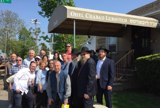 Manchester group at the ohel.jpg