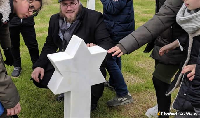 Rabbi Lewin with students at the Jewish section of the military cemetery