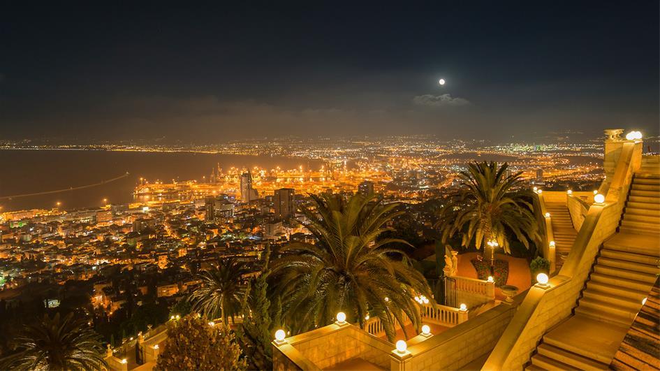 """A terceira maior cidade em Israel (depois de Jerusalém e Tel Aviv), a reputação de Haifa como uma """"cidade de trabalho"""" destaca-se por suas lindas paisagens noturnas do topo do Monte Carmel, bem como seus museus, praias e eventos culturais."""