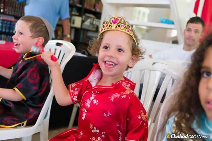 As crianças desfrutam de uma festa em Purim e da leitura da Meguilá.