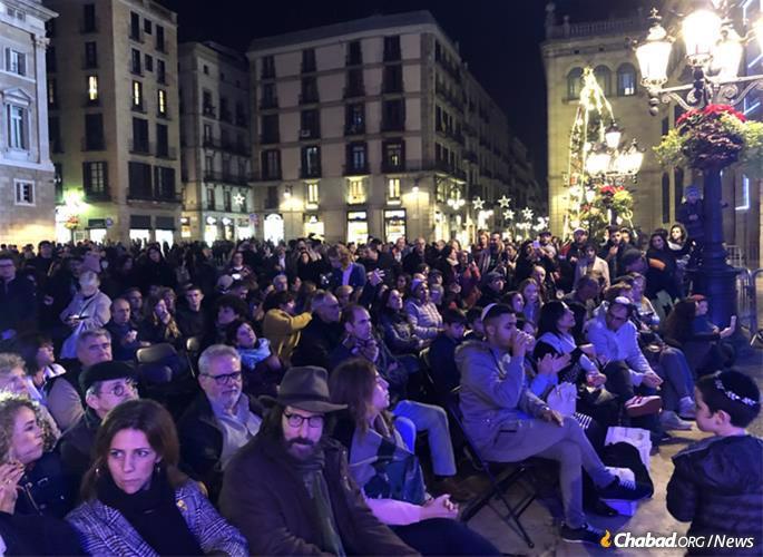 A expulsão espanhola de 1492 não acabou formalmente até 1968. Na foto uma multidão compareceu à cerimônia pública de acendimento da chanukiá em ruas históricas onde judeus e o judaísmo foram banidos por séculos.