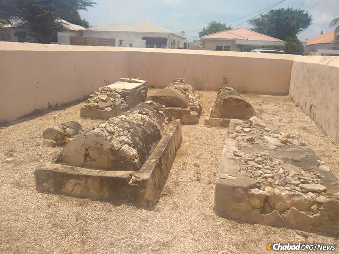 Um antigo cemitério judeu tem menos de uma dúzia de sepulturas, algumas das quais datam do início do século XIX.
