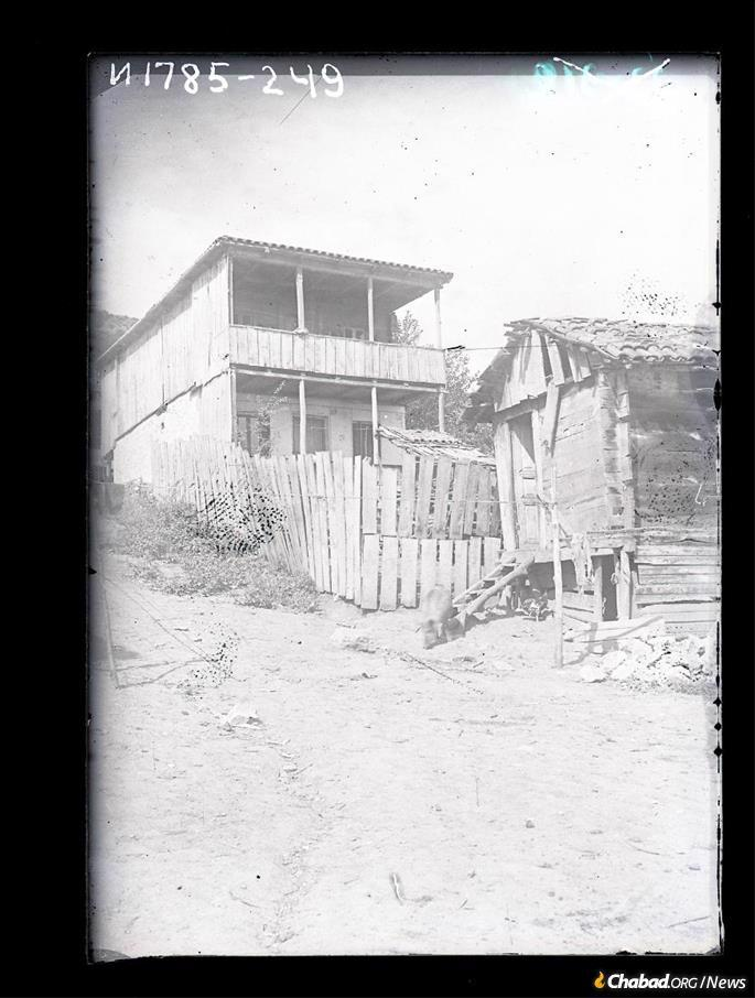 A Jewish home in Sachkhere, Georgia, circa 1929. (Credit: Mark Plisetsky/Peter the Great Museum of Anthropology and Ethnography [Kunstkamera]