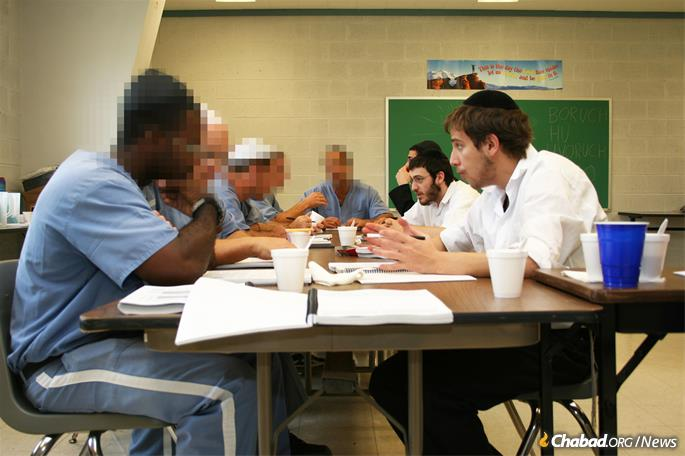 Rabbinical students visit prisoners. (File Photo)