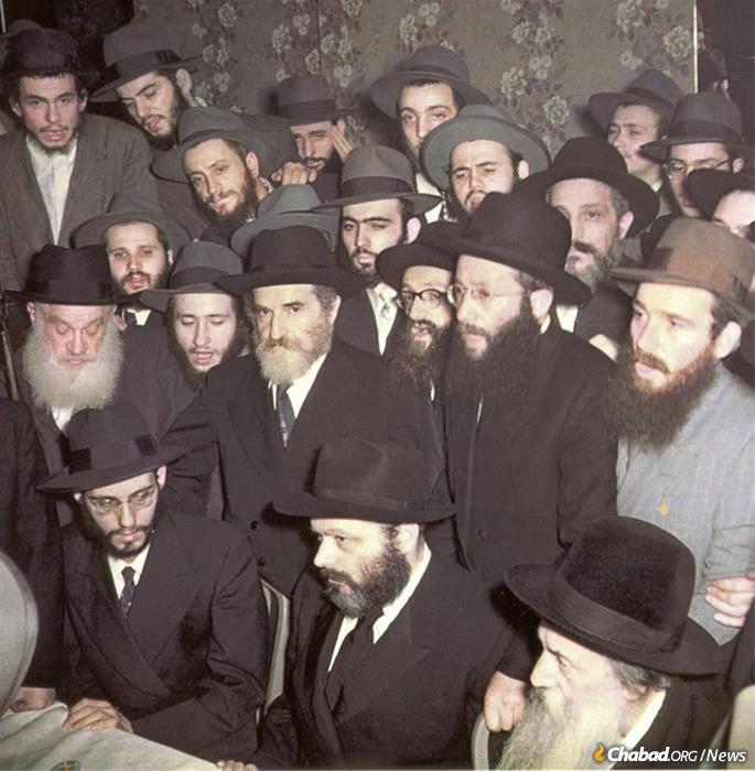 The Rebbe delivers a Chassidic discourse at the Simpson wedding.
