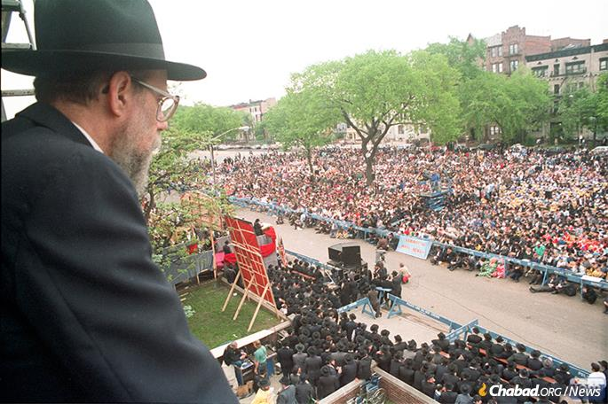 Surveying the crowd in front of 770 Eastern Parkway on Lag BaOmer. (Photo: JEM)