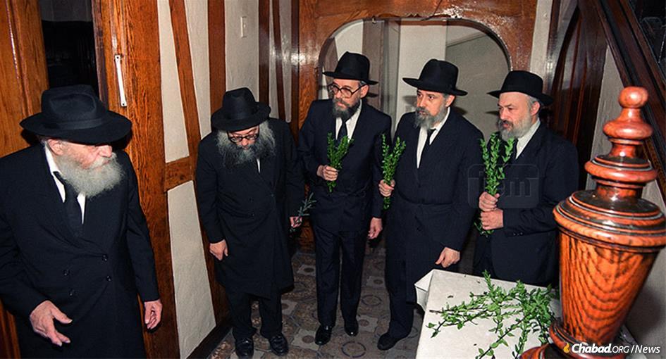Rabbi Sholom Mendel Simpson, center, receives hadasim from the Rebbe before Sukkot, along with l. to r., Rabbi Yehuda Leib Groner, Rabbi Binyomin Klein and Rabbi Yehuda Krisnsky. (Photo: JEM)