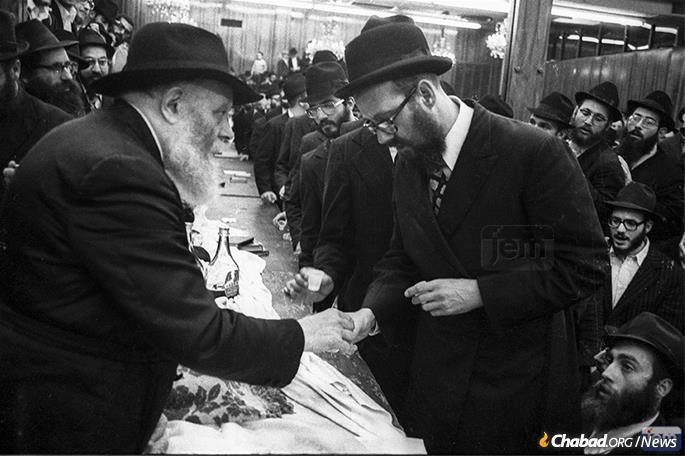 Rabbi Simpson receives kos shel bracha from the Rebbe. (Photo: JEM)