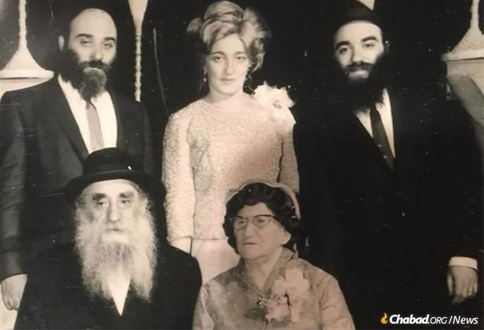 Mochkin was the fourth child of the legendary Chabad Chassid Reb Peretz and Henya Mochkin (seated).