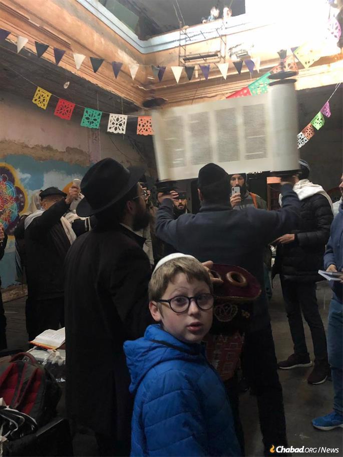 Raising the Torah after reading