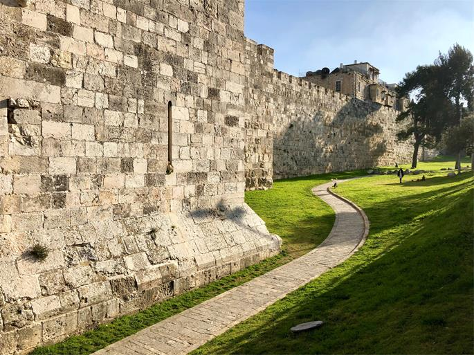 The wall of Jerusalem as it appears today (Photo by Jose Cortés on Unsplash)
