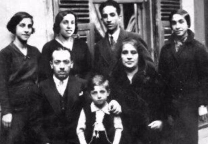 Meu avô, Isaac, (fila de trás, segundo à direita) com suas irmãs Stella, Lucha, e Sarina. Primeira fila: seus pais e o irmão mais novo, Dario, que sobreviveu e vive em Israel.
