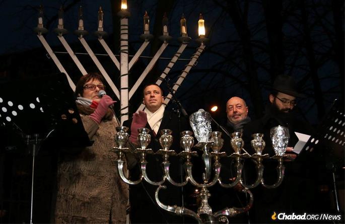 Alla Jakobson, Prime Minister Jüri Ratas, Israeli Ambassador Dov Segev-Steinberg, and Rabbi Kot at the annual public menorah lighting.