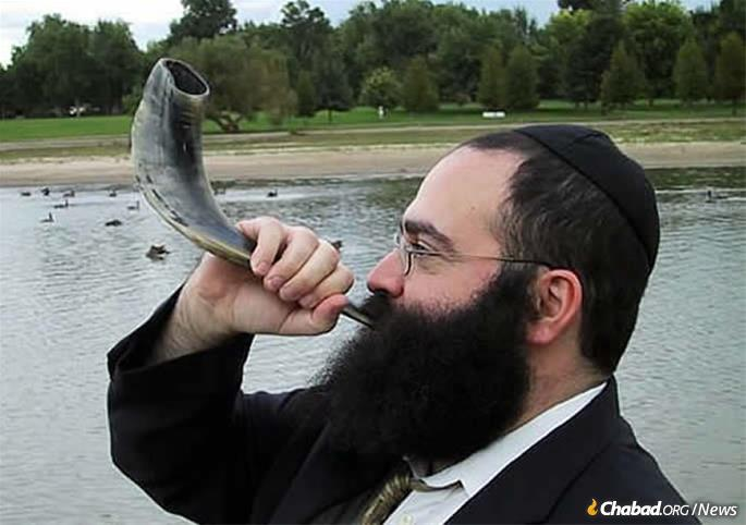 Rabbi Yossi Serebryanski, co-director of Chabad of South Denver, Colo., blows shofar in Washington Park there. It's a trend that has Jews of all ages, but particularly younger ones less drawn to synagogues than previous generations, coming out in full force for the High Holiday mitzvah. (File photo. Not taken on Rosh Hashanah).