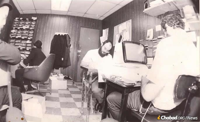 The office of Sichot in English, circa the 1980s. In the last three decades, SIE has released more than 250 books, ranging from translations of Torah texts to books on Jewish thought and the lifecycle. (Photo: SIE)