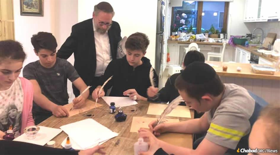 O rabino Naftali Deutsch ensina adolescentes em Bucareste, na Romênia, sobre artes dos escribas judeus e a beleza e profundidade das letras hebraicas.