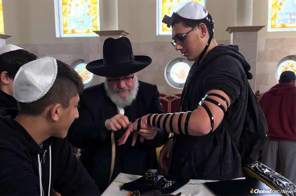 Several young men entered a Tel Aviv synagogue during a rocket attack and asked if someone could assist them in putting on tefillin. Rabbi Yosef Gerlitzky, director of Chabad-Lubavitch of Tel Aviv, was there to help.