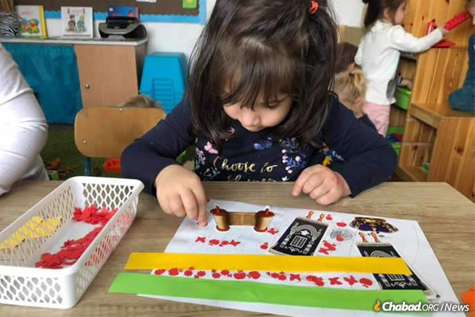 Fornecer uma educação judaica de qualidade para as crianças é uma prioridade.