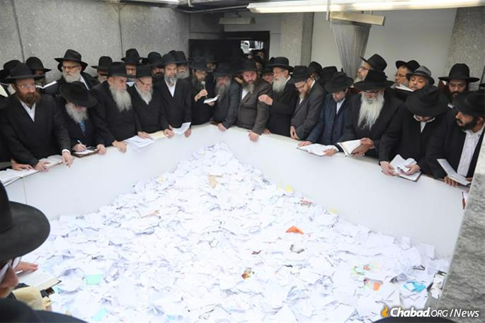 The spiritual highlight of the conference will take place on Friday morning, when emissaries board buses and head to Queens, N.Y., to visit the Ohel—the resting place of the Rebbe. (File Photo: Itzik Roytman for Chabad.org)
