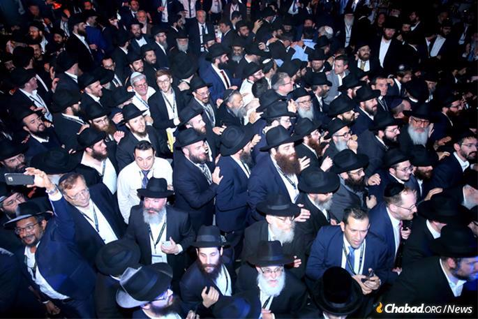 Thousands danced through a maze of converging circles—ID tags and black hats bouncing to the upbeat sounds of Chassidic music. (Photo: Itzik Roytman)