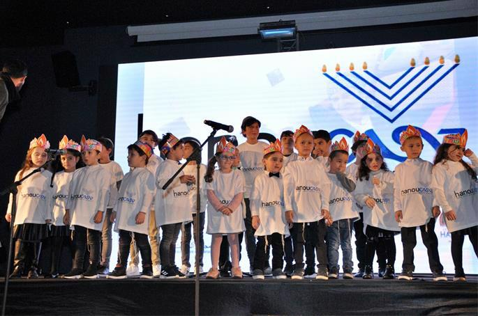 A children's performance of Chanukah songs.