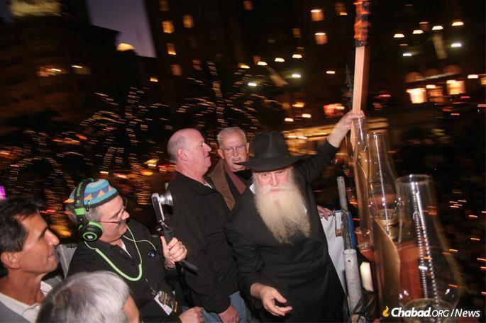 Rabbi Yosef Langer lights the giant menorah. (Photo: www.billgrahammenorah.org)