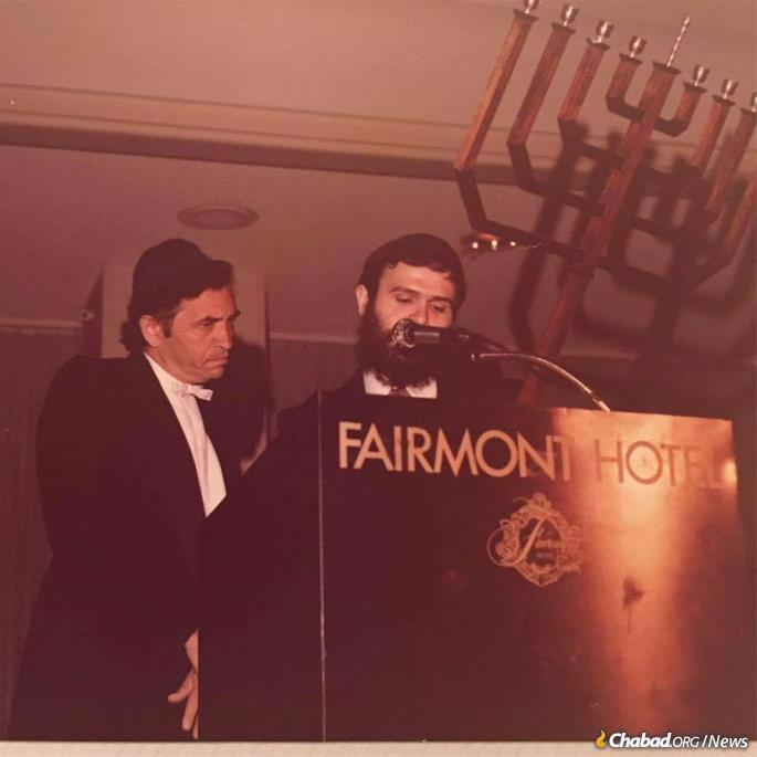 Rabbi Chaim Drizin presents a model of the giant menorah to Bill Graham. (Photo: Rabbi Chaim Drizin)