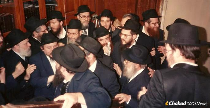 "A ""l'chaim"" after the return of the books. (Photo: Kehot Publication Society)"