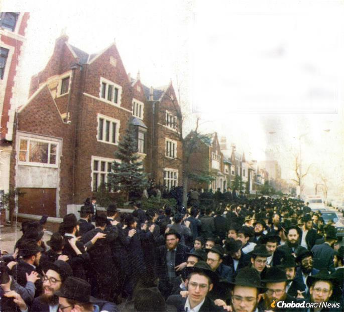 Jubilation on the streets of Brooklyn, N.Y., following the federal court ruling on Hei Tevet, the fifth of Tevet, which corresponded that year to Jan. 6, 1987. (Photo: Kfar Chabad Magazine)