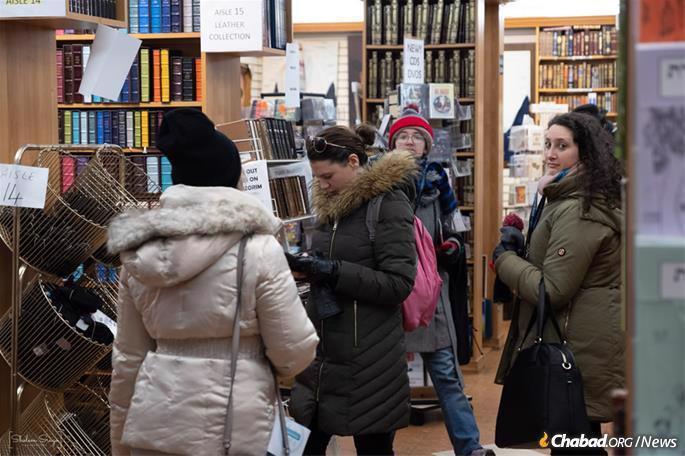 A chance to stock up on Jewish books. (Photo: Sholem Srugo)