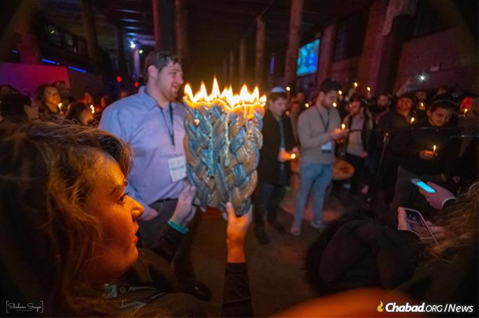 A festive Havdalah ceremony. (Photo: Sholem Srugo)