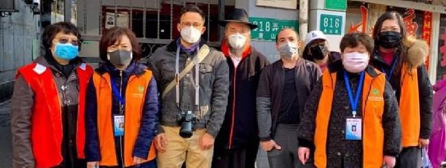 À Shanghaï en février 2020, le rabbin Shalom Greenberg, codirecteur de 'Habad de Shanghaï (au centre) et d'autres bénévoles de la communauté juive ont fait du porte à porte dans divers quartiers de la ville pour distribuer des masques faciaux aux personnes âgées et aux malades afin de les protéger du coronavirus.