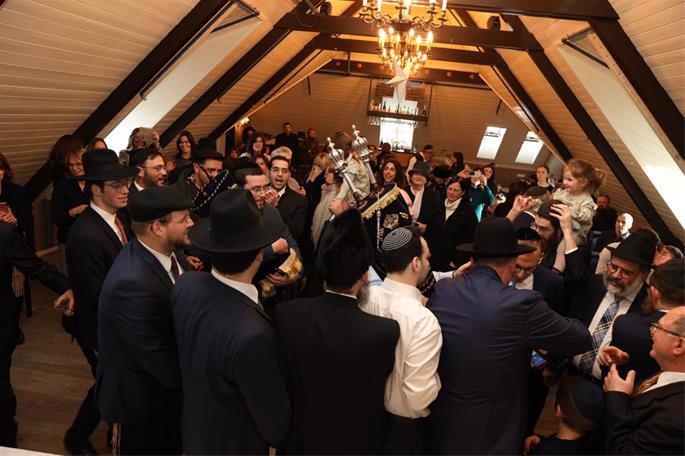 Celebrating the new Torah scroll (Photo: Gabriel Rutenberg)