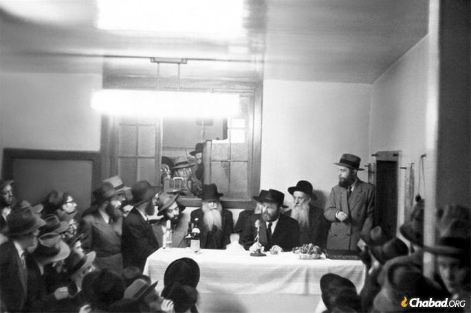 Farbrengen in the early years of the Rebbe's leadership. (Photo: JEM/The Living Archive)