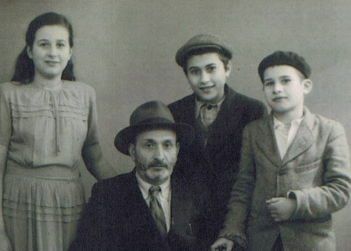 סבתא עם אביה ואחיה בצרפת, בדרכם לארצות הברית