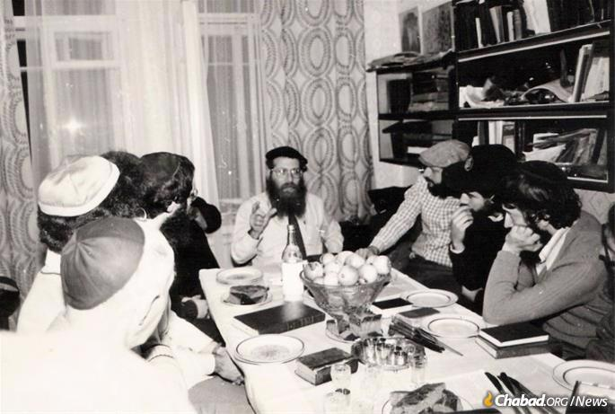 On a 1984 trip to the Soviet Union sponsored by Ezras Achim, Rabbi Shmuel Heber gives a Torah class in Leningrad. Photo: Chabad.org.