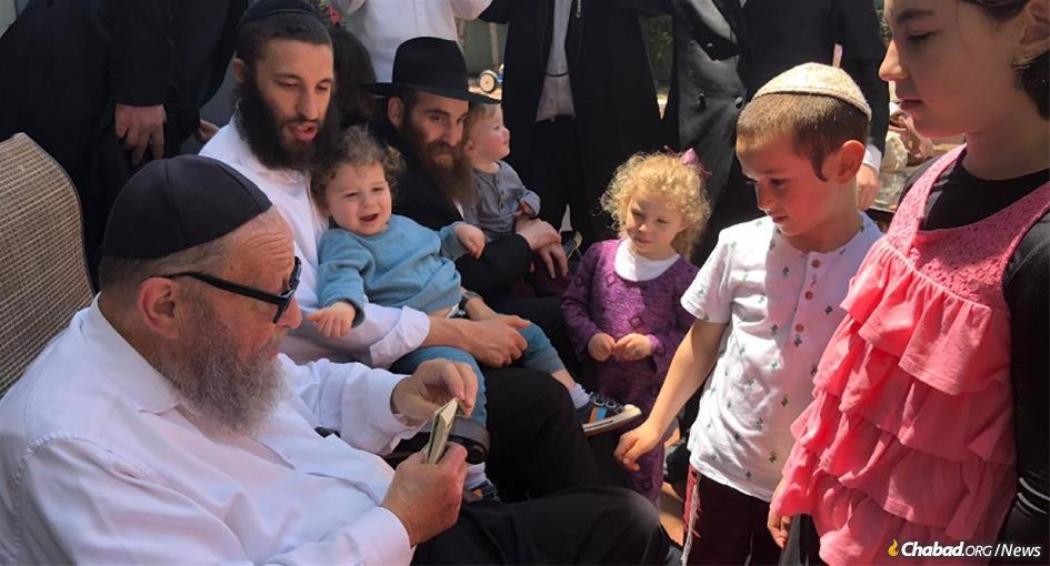Yitzchok Kosofsky enjoyed the pleasure of spending time with his many children, grandchildren and great-grandchildren.