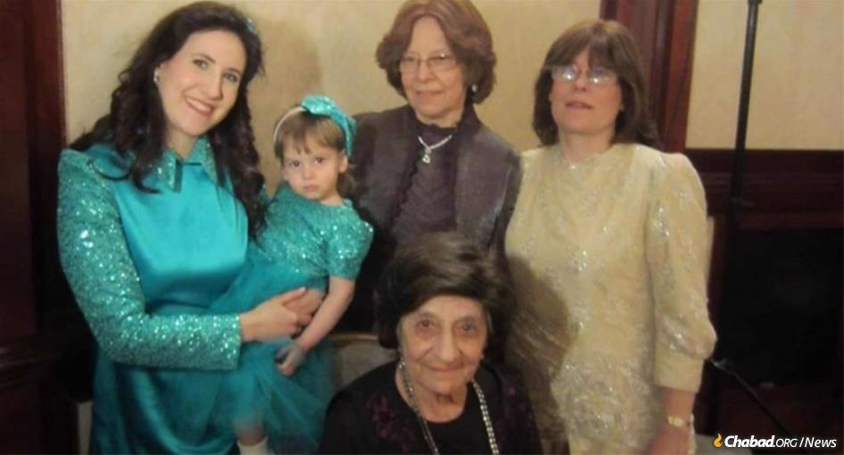 Rebbetzin Rachel Altein (center) surrounded by four generations of descendants; her daughter, Mrs. Chana Gurary; granddaughter, Mrs. Sara Morozow; great-granddaughter, Mrs. Mushka Itkin; and great-great-grandaughter Sema Itkin.