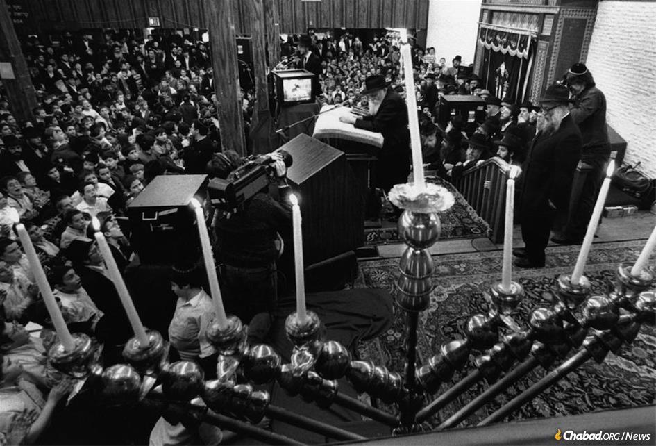 En 1989, 1990 et 1991, grâce à une technologie satellite de pointe, des célébrations publiques de 'Hanouka simultanées dans des villes du monde entier étaient toutes dirigées par le Rabbi, depuis sa synagogue du 770 Eastern Parkway à New York. Des écrans géants avaient été installés à la tour Eiffel à Paris, au Mur occidental à Jérusalem, au Kremlin à Moscou, ainsi que dans des lieux en Inde, au Japon, en Australie et ailleurs. (Photo : Chie Nishio)