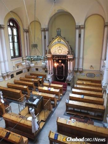 As with this synagogue in Budapest, Chabad rabbis are operating with a mindset of caution and a view towards the preservation of life, even as businesses around them continue to reopen. (Photo: (Photo: Tamás-Haim www.tfilin.hus))