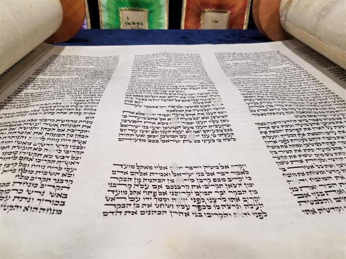 Note o pequeno alef na palavra Vayicra, logo no início do Livro Vayicrá (Crédito: Chabad de Northwest, Indiana).